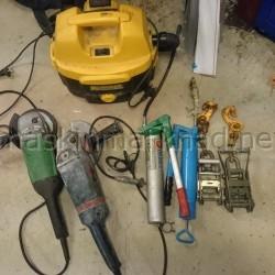 Diverse verkstadsprylar och nivelleringsinstrument